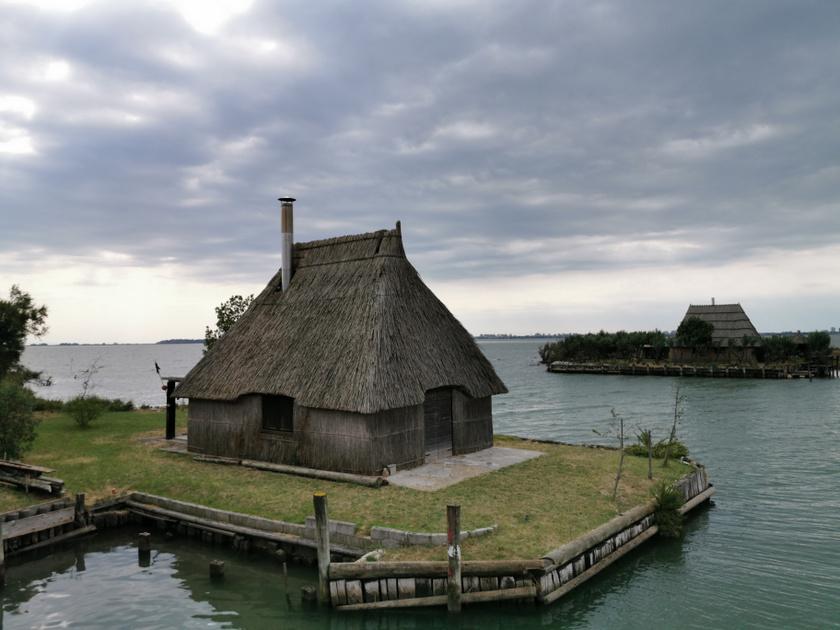 Lignanóból egy kellemes sétahajókázással lehet elérni a Marano-lagúna bájos, vízre épült halászfaluját.