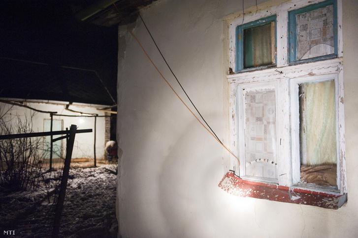 Képünk illusztráció! Illegálisan az elektromos közműhálózatra kötött kábel vezet be egy lakóházba az ablakon keresztül.