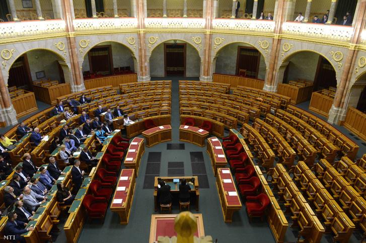 Az Országgyűlés rendkívüli plenáris ülésén 2019. szeptember 18-án. A kormány klímaügyi vállalásaival kapcsolatban ellenzéki kezdeményezésre összehívott ülés határozatképtelen volt.