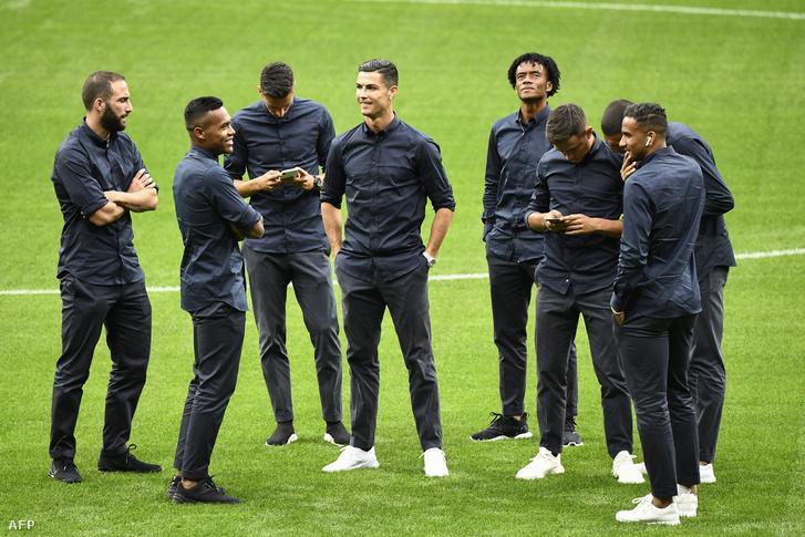 Juventus-futballisták a madridi Wanda Metropolitano-stadionban. Egyedül lesznek