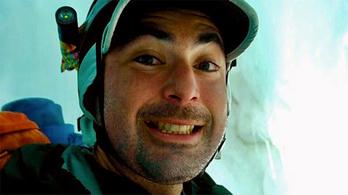 A hegymászó bezuhant egy gleccserszakadékba. Túlélte, azonnal lőtt egy vigyorgó szelfit