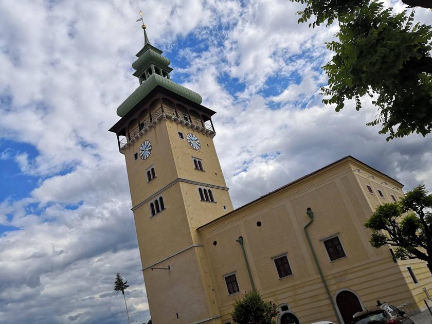 Retz csodás kisváros, amit szőlőskertek öveznek. A városháza tornyából csodás kilátás nyílik a környező dombokra.