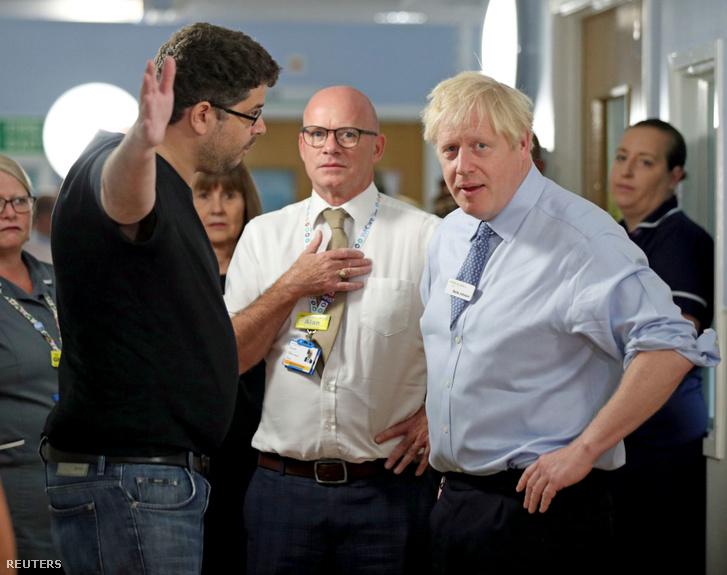 Boris Johnson beszél egy fiatal lány apjával a Whipps Cross University kórházban Londonban