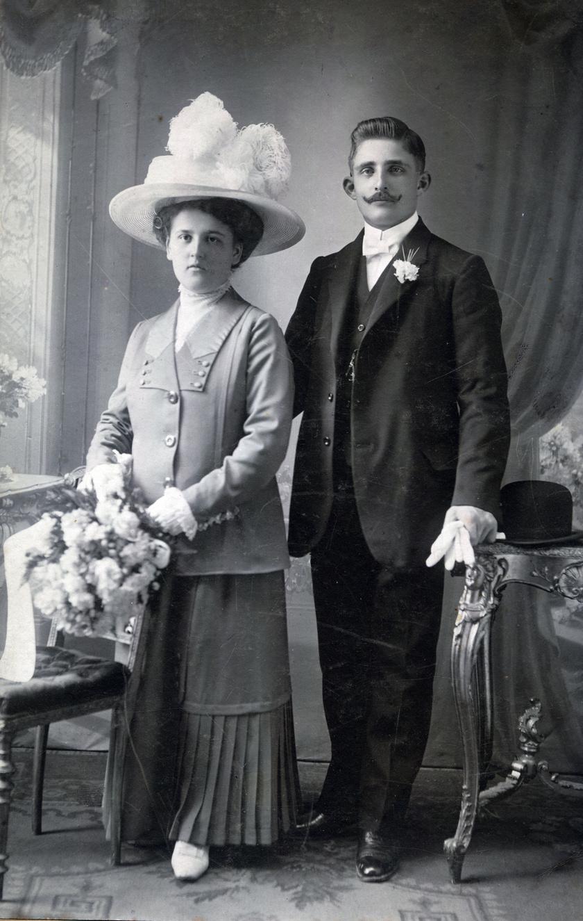 Az esküvőkön sokáig nem feltétlenül fehér, hanem elegáns, szép ruhát viseltek a menyasszonyok. A kép 1906-ban készült.