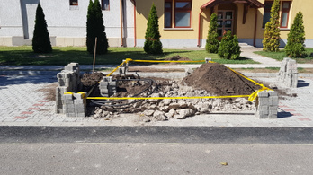 Az átadás után egy nappal már fel is bontották a burkolatot a 47 milliós cserkeszőlői parkolóban