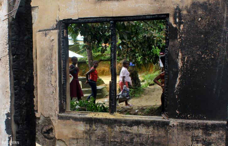 Elszenesedett ablak a leégett monrovói iskolatűz után