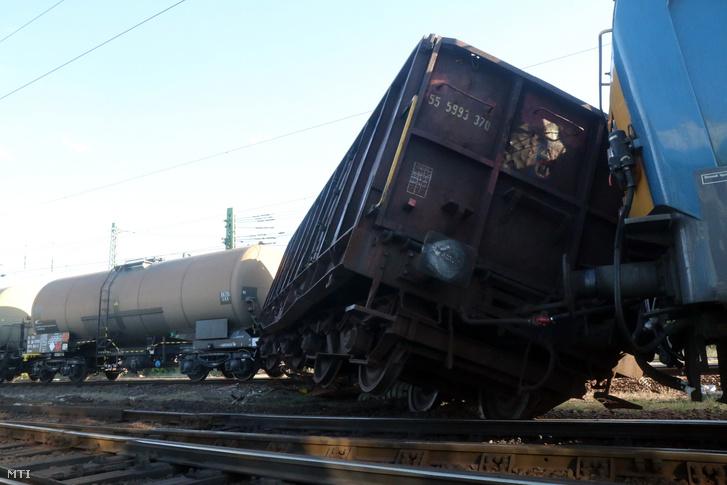 Kisiklott tehervonat kocsija a Miskolc-Tiszai pályaudvaron