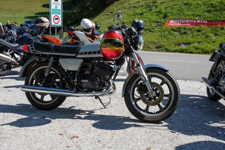Végtelen menőséggé kezd válni egy 250-es, kétütemű, kéthengeres Yamaha RD a hetvenes évekből - pláne a megfelelő sisakkal