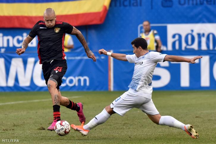Tonci Kukoc a Budapest Honvéd (b) és Marius Briceag a CSU Craiova játékosa a labdarúgó Európa-liga selejtezője második fordulójának visszavágó mérkőzésén Craiovában 2019. augusztus 1-jén.