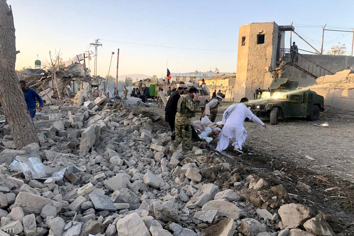 Sebesült afgán férfit visznek Zábul déli tartomány fővárosában, Kalatban, ahol robbanószerekkel megrakott teherautó hajtott a nemzetbiztonsági központ épületébe 2019. szeptember 19-én