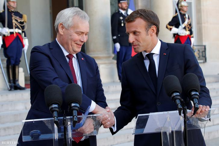 Antti Rinne (bal oldalt) és Emmanuel Macron fognak kezet találkozójuk után szerdán Párizsban