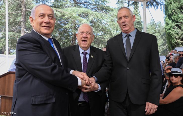 Benjámin Netanjahu izraeli miniszterelnök, a jobboldali Likud párt vezetője, Reuven Rivlin államfő és Beni Ganz az ellenzéki centrista Kék-fehér párt vezetője (b-j) Jeruzsálemben 2019. szeptember 19-én
