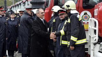 Pintér bejelentette, hogy a balesetveszélyes tűzoltóautókkal egy helyen gyártat a kormány mentőket is