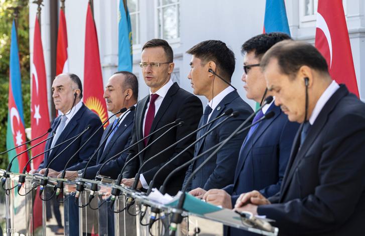 Elmar Mammadyarov azerbajdzsáni külügyminiszter, Mevlüt Cavusoglu török külügyminiszter, Szijjártó Péter külgazdasági és külügyminiszter, Csingiz Ajdarbekov kirgiz külügyminiszter, Rusztemov Nurbah, Kazahsztán magyarországi nagykövete és Bagdad Amrejev, a Türk Tanács főtitkára (b-j) a Türk Tanács európai képviseletének megnyitóján az Ybl Villában 2019. szeptember 19-én.
