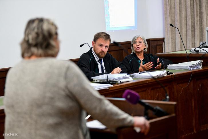 Az ügyvédek kérdeznek a meghallgatott tanútól