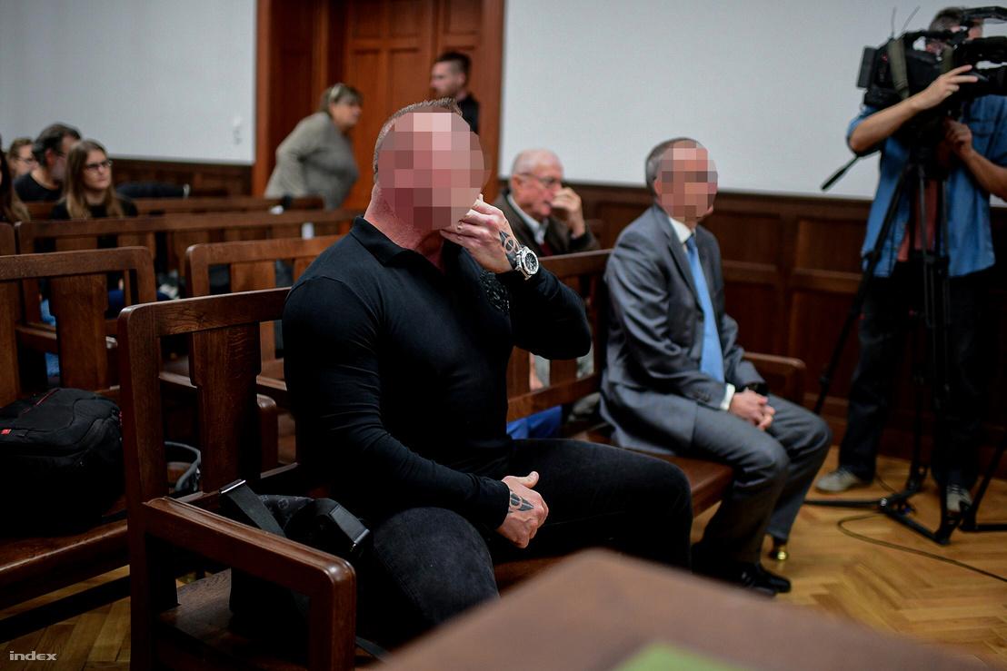 M. Richárd elsőrendű vádlott az ellene és további két ember ellen a fővárosi Dózsa György úton történt halálos közúti baleset ügyében indított büntetőper tárgyalásán, mellette a másodrendű vádlott