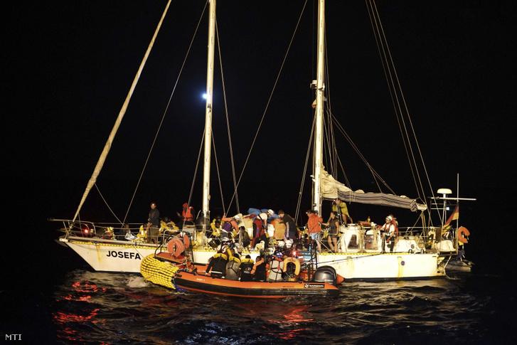 Az Ocean Vikingnek az SOS Mediterranée francia nem kormányzati szervezet és az Orvosok Határok Nélkül nemzetközi segélyszervezetnek az Európába igyekvő illegális bevándorlókat szállító hajójának mentőcsónakjába szállnak át menekültek a Josefa vitorlásról a Földközi-tengeren 2019. szeptember 9-én éjjel.