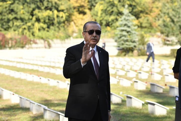 Recep Tayyip Erdogan török köztársasági elnök az I. világháborúban elesett török mártírok sírkertjében tartott koszorúzás útán a rákoskeresztúri Új köztemetõben 2018. október 9-én.