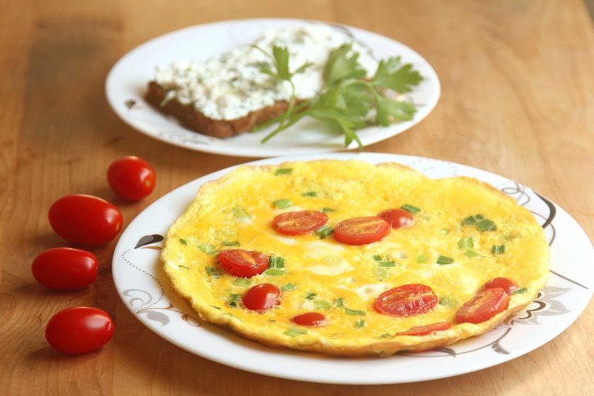 A fehérje típusba tartozók nagyszerű reggelije lehet a tojásos omlett, de sok fehérjét és kevés kalóriát tartalmaz a rántotta cottage cheese-zel is.