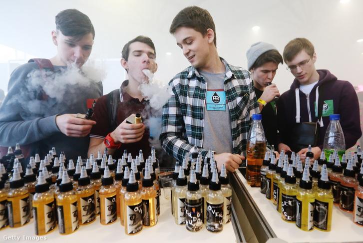 ST PETERSBURG OROSZORSZÁG - 2017. március 4 .: Tinédzser látogatók elektronikus cigarettát szívnak a 2017. évi Vapexpo kiállításon.