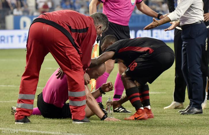 Arnold Hunter játékvezető a földön miután a közvetlen közelében felrobbant egy pályára bedobott hanggránát a Craiova - Budapest Honvéd mérkőzésen Craiovában 2019. augusztus 1-jén.