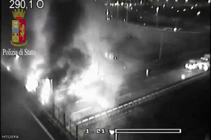 Az olasz rendőrség által közzétett, 2017. január 20-án éjjel készült, videfelvételről rögzített kép a magyar diákokat szállító busz balesetének helyszínéről az olaszországi A4-es autópálya Verona-kelet kijáratánál
