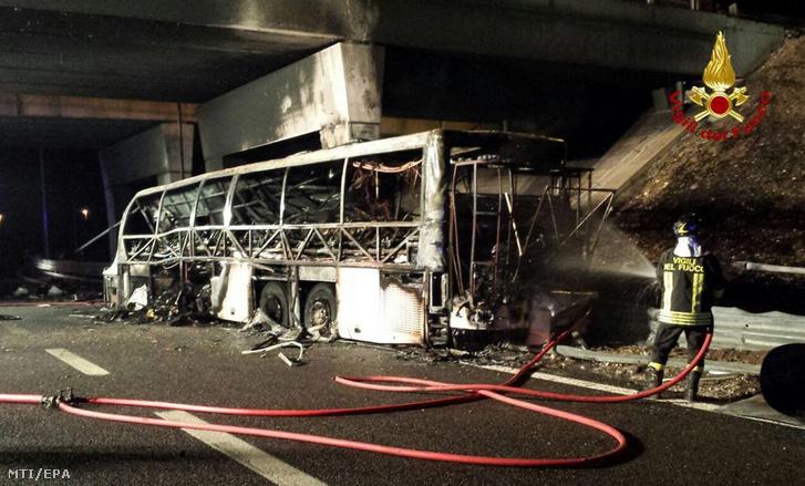 Olasz tűzoltók által készített felvétel a magyar diákokat szállító, kiégett autóbuszról az olaszországi A4-es autópályán 2017. január 21-én