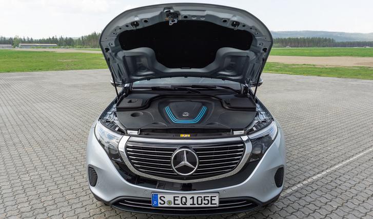 Mercedes EQC. Ebben is motor van, csak másféle