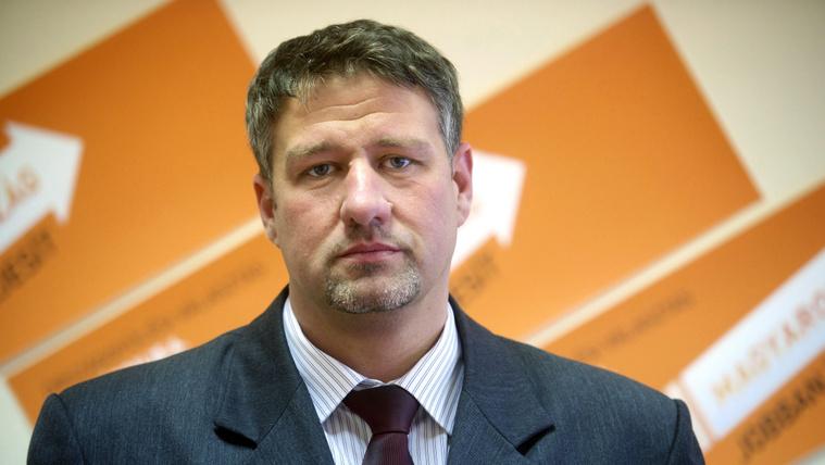 Magyar Narancs: 8,5 év börtönt kér az ügyészség a fideszes Simonkára