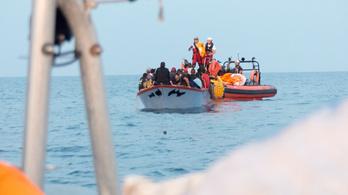 Harminchatan akartak átjönni a Földközi-tengeren egy bárkával