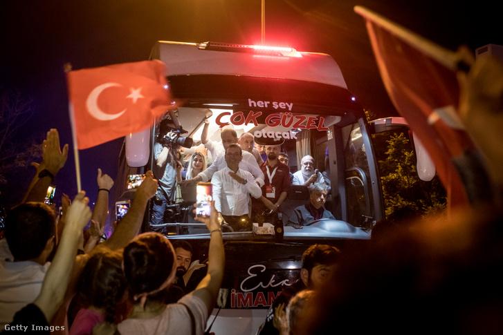 Ekrem İmamoğlu érkezik buszon támogatóihoz a polgármesteri választási győzelme után Isztambulban 2019. június 23-án