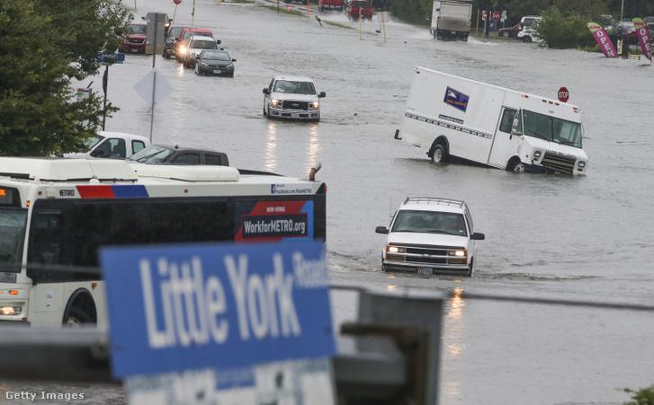 Vízzel elöntött Little York utcáján elakadt autó Houstonban csütörtökön