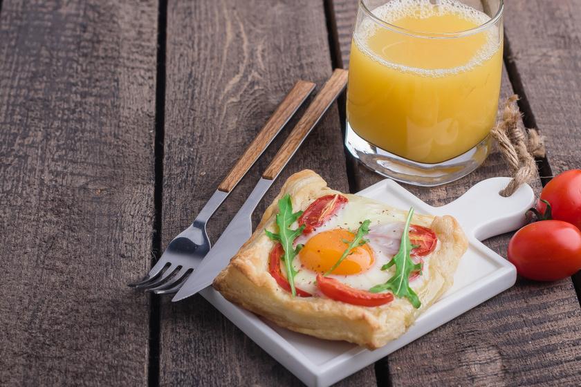 Leveles tésztában sült tükörtojás: ropogós extra reggeli egyszerűen