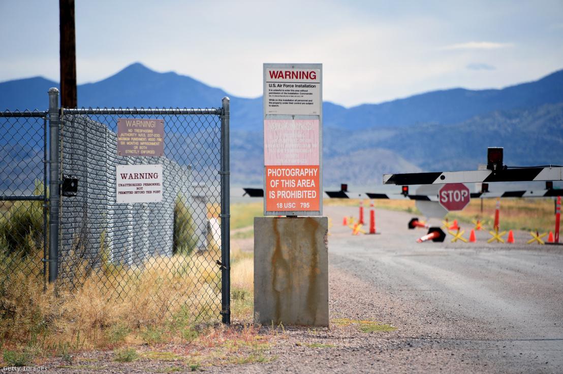 Figyelmeztető táblák az 51-es körzet hátsó kapujánál Nevadában