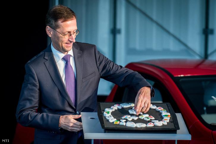 Varga Mihály nemzetgazdasági miniszter kézjegyével ellátott követ tesz a kavicsokból kirakott Mercedes csillagba a Mercedes-Benz gyár új képzési központja alapkőletételi ünnepségén Kecskeméten 2017. szeptember 21-én