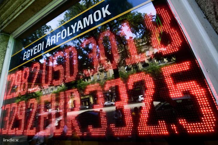 Forint és euró napi árfolyama egy budapesti pénzváltónál 2019. szeptember 20-án