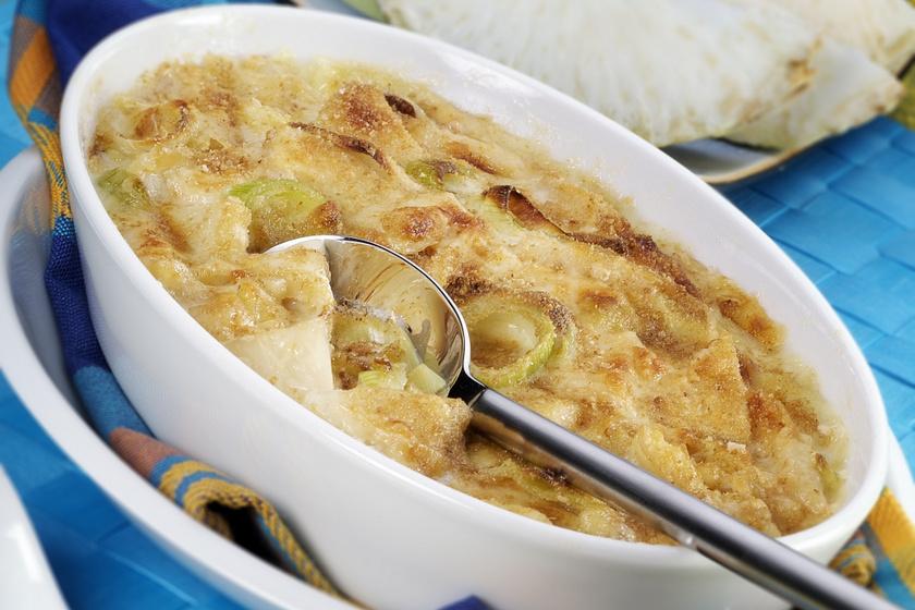Zellerrel, fűszeres, sajtos szószban sült tepsis krumpli: így biztosan nem szárad ki a sütőben