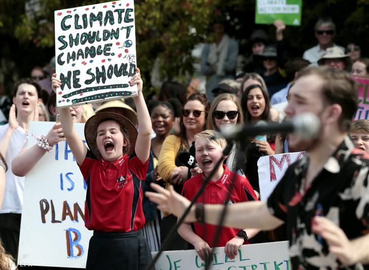 Nem az éghajlatnak kell változnia hanem nekünk jelentésű transzparenst tart fel egy kislány az éghajlatváltozás ellen Global Strike 4 Climate jelszóval meghirdetett országos környezetvédelmi demonstráción a tasmániai Launcestonban 2019. szeptember 20-án.