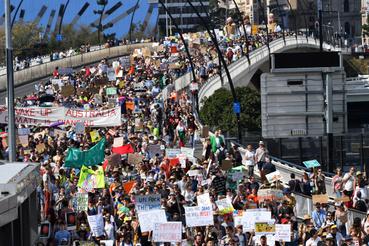 Tüntetők Brisbane-ben a Viktória hídon