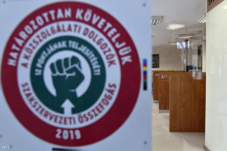 Felirat a Magyar Köztisztviselők, Közalkalmazottak és Közszolgálati Dolgozók Szakszervezete (MKKSZ) egynapos sztrájkja alatt a XV. kerületi polgármesteri hivatal ajtaján 2019. március 14-én