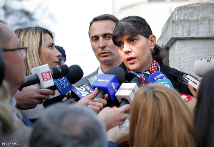 LauraCodruțaKövesi a román Nemzeti Korrupcióellenes Igazgatóságot (DNA) volt vezető főügyész az Európai Unió főügyészjelöltje egyik támogatójától kapott rózsával a kezében távozik a romániai igazságszolgáltatás szereplői által elkövetett bűncselekményeket kivizsgáló ügyészség (SIIJ) meghallgatásáról Bukarestben 2019. március 7-én.