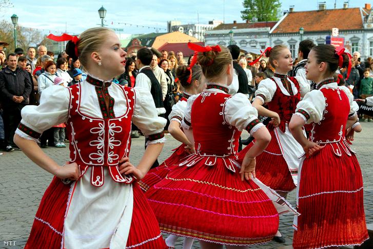 Helyi ifjúsági táncegyüttes csárdást mutat be az ungvári Színház téren 2015. április 29-én, a tánc világnapján
