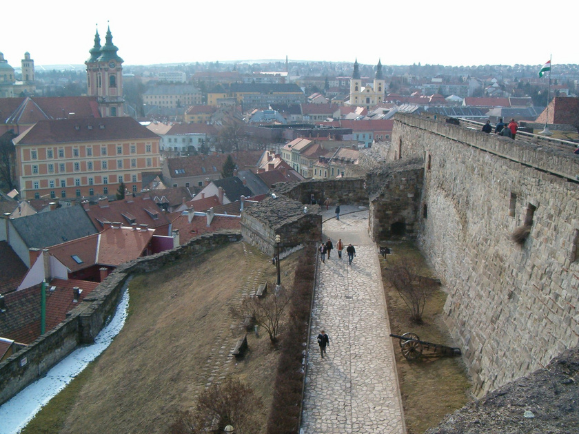 Eger nagy múltú vára egyértelműen a város legkedveltebb nevezetessége. Télen a panoráma mellett a Dobó István Vármúzeum kiállításai is csábítanak a túrára.