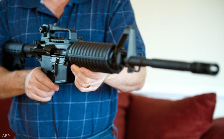 Colt AR-15-öt tart a kezében egy virginiai férfi
