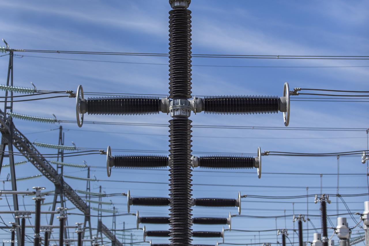 Az ITER energiafogyasztása nem lesz kicsi: 4-6 perces periódusokban 50 megawattnyi áramot fog fölzabálni a tokamak fűtőberendezése – a fizikusok azt remélik, hogy cserébe legalább tízszer annyit fog szolgáltatni, köszönhetően a fúziós energiának.