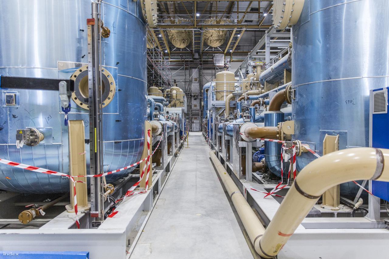 Az itt látható cseppfolyósító műhelyben állítják majd elő a szupravezető elektromágnesek működtetéséhez szükséges folyékony héliumot, nitrogént. A képet jobban megnézve, fölül, a mennyezet alatt láthatóak azok a nagy, barna zsákok, amikben a hélium gázt tárolják majd.