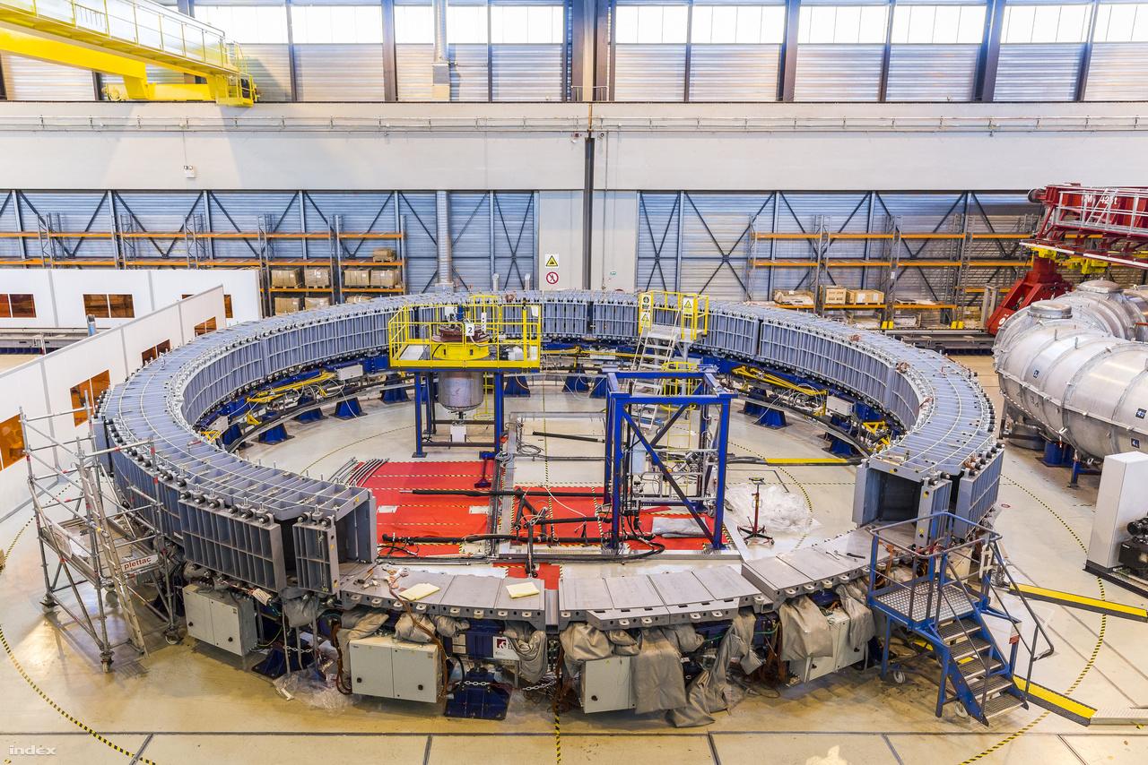 A szupravezető elektromágnesek tekercseit helyben gyártják, az ITER mágneseibe százezer (igen, 100 000) kilométer nióbium-titán szupravezető szál kerül – ez egyébként olyan sok, hogy a projektben résztvevők majd mindegyike részt vállal a gyártásból. Ez itt az üzem utolsó előtti munkaállomása, ahol a kész tekercsek műgyantás szigetelését végzik. Minden mágnestekercshez több mint ezer liter gyantát használnak fel, a speciális anyag nemcsak elektromos szigetelést, de szerkezeti stabilitást is nyújt a tekercseknek.