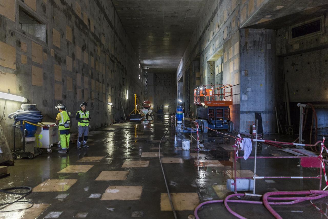 A tokamaképület egyik fölső szintjén járunk. A padló esővíztől csillog, mivel előző nap hatalmas felhőszakadás lepte meg az építkezést, és a még tető nélküli létesítmény kissé beázott. Emiatt másnap egész nap zúgtak a szivattyúk és sok munkást láttunk kitartóan vizet sepregetni. Szerencsére a nukleáris fokozatú vasbeton szerkezetben vajmi kevés kárt tud tenni némi csapadék.