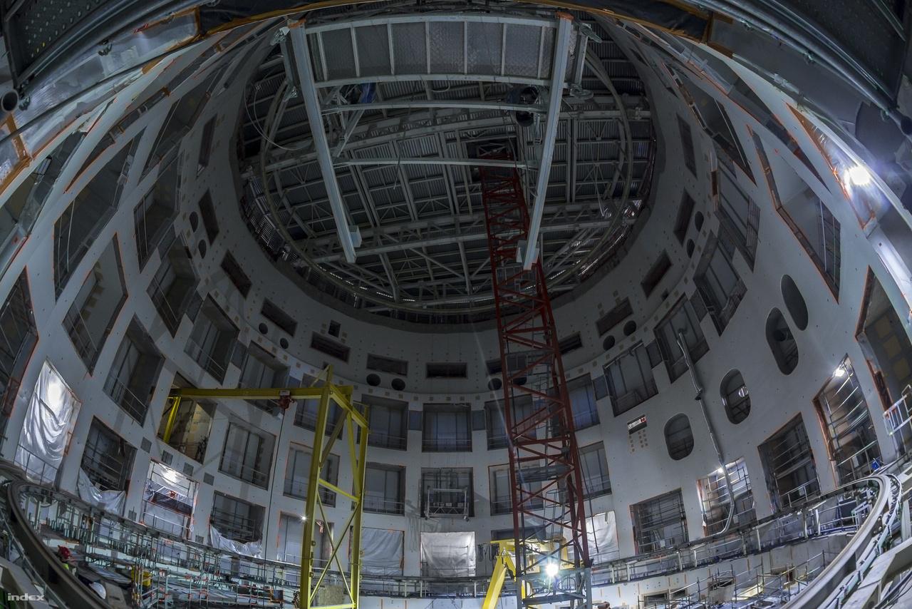 Itt dobog majd az ITER szíve. A majdnem kész tokamaképület tulajdonképpen egy körfolyosós gangos bérházhoz is hasonlítható, azzal az apró különbséggel, hogyha elkészül, az itt látható belső udvarát egy 23 ezer tonnás gépezet tölti majd ki, amiben 840 köbméternyi, 150 millió fokos plazmát tartanak foglyul a tízezer tonnát nyomó szupravezető elektromágnesek.