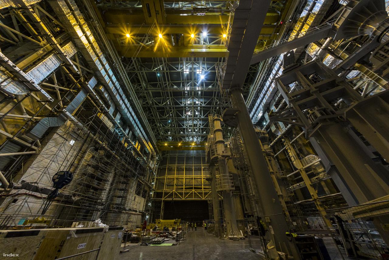 A hatvan méter magas összeszerelő csarnok belső tere. Itt rakják majd össze a kísérleti fúziós erőmű 23 ezer tonnás szívét-lelkét, a tokamak berendezést, illetve fő darabjait.